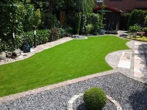 Kunstrasen sieht im Garten immer perfekt aus - auch ohne Bewässerung im Sommer