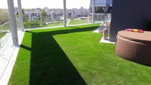 Wasserdurchlässiger Kunstrasen auf Dachterasse